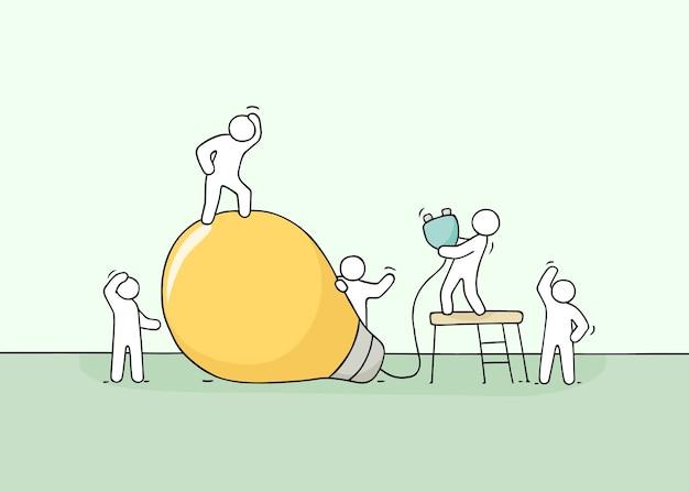 Doodle cena em miniatura fofa de trabalhadores com ideia de lâmpada.