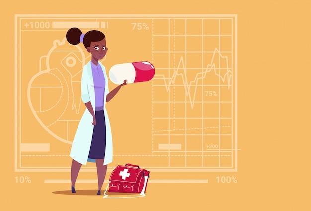Doutor americano africano feminino, segurando, pílula, clínicas médicas, trabalhador, hospital