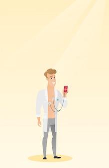 Doutor mostrando app para medir o pulso do coração.