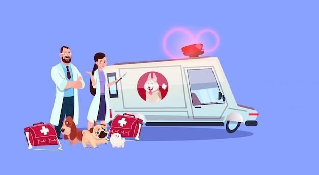 Doutores veterinários que estão no conceito da medicina veterinária do carro da ambulância