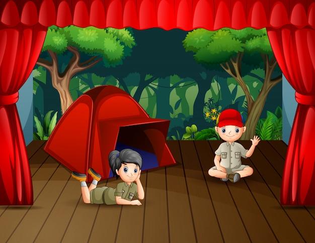 Drama de acampamento os batedores no palco Vetor Premium