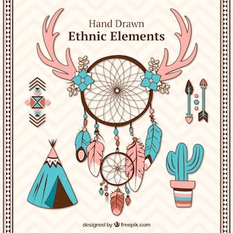 Dreamcatchers desenhados à mão e objetos étnicos