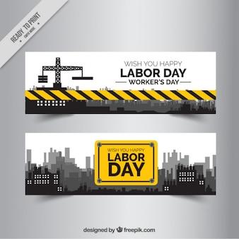 Duas bandeiras de construção dia do trabalho