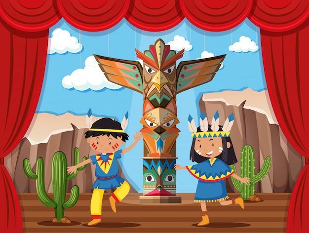 Duas crianças brincando de índio nativo no palco