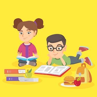 Duas crianças caucasianas fazendo lição de casa juntos.