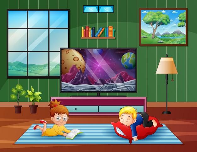 Duas crianças felizes relaxando em frente à tv
