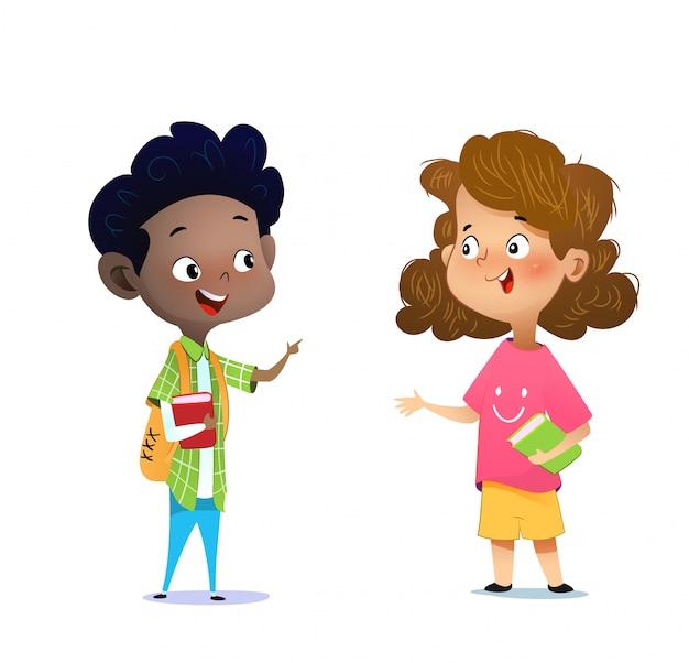 Duas crianças multirraciais estudando, lendo livros e discutindo