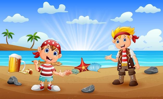 Duas crianças piratas na praia