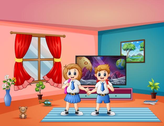 Duas crianças uniformizadas prontas para ir para a escola