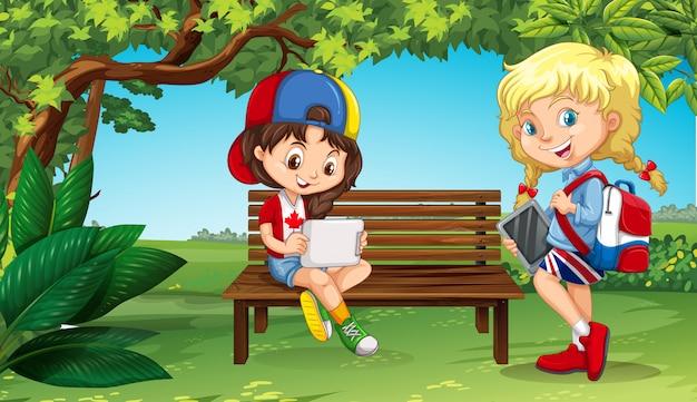 Duas garotas saindo no parque