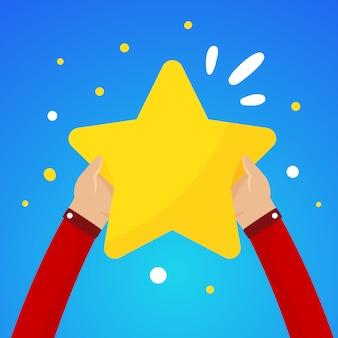 Duas mãos masculinas segurando uma grande estrela amarela em um céu azul
