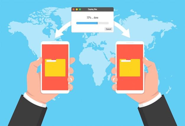 Duas mãos segurando telefones e documentos transferidos