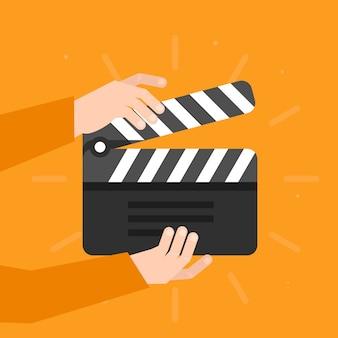 Duas mãos segurando um badalo de cinema em estilo simples