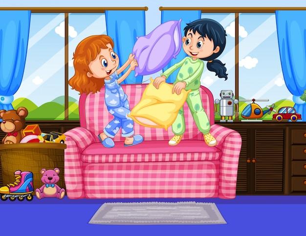 Duas meninas de pijamas jogando travesseiro no quarto