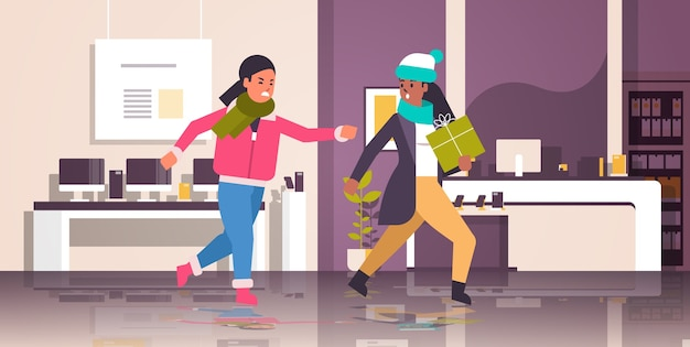 Duas mulheres compradoras lutando pela última caixa de presente mixam uma corrida com clientes furiosos na briga de venda de compras sazonais