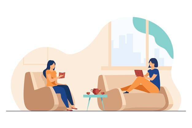 Duas mulheres relaxando em casa