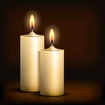 Duas velas acesas na mesa preta.