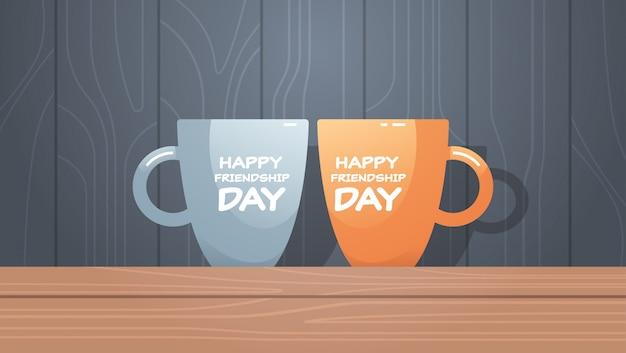 Duas xícaras na mesa de madeira com celebração de dia feliz amizade texto