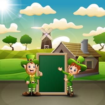 Duende de homem e mulher dos desenhos animados com quadro verde na paisagem de fazenda