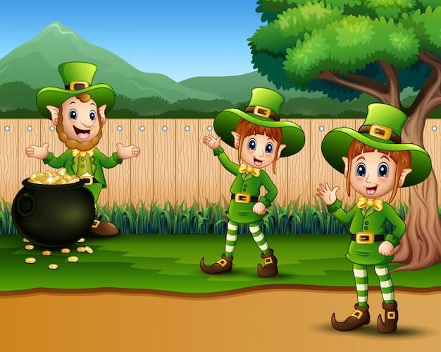 Duende dos desenhos animados no parque para desfile da celebração do dia feliz st. patrick
