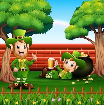 Duendes feliz dos desenhos animados com pote de moedas de ouro