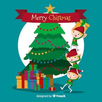 Duendes fofos e árvore feliz natal fundo em design plano