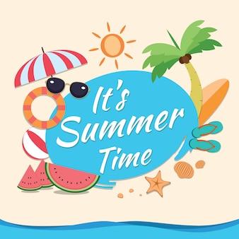 É design de horário de verão com círculo azul para texto e elementos coloridos de praia na areia