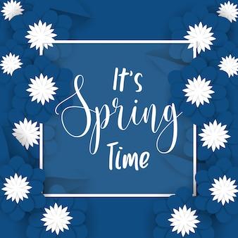 É tempo de primavera fundo com flores de papel azul e branco