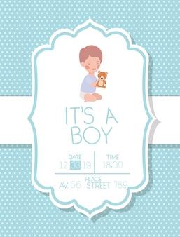 É um cartão de bebê menino com ursinho de pelúcia