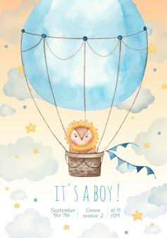 É um menino cartão de convite para crianças com leão fofo em um balão nas estrelas e nuvens, pintando