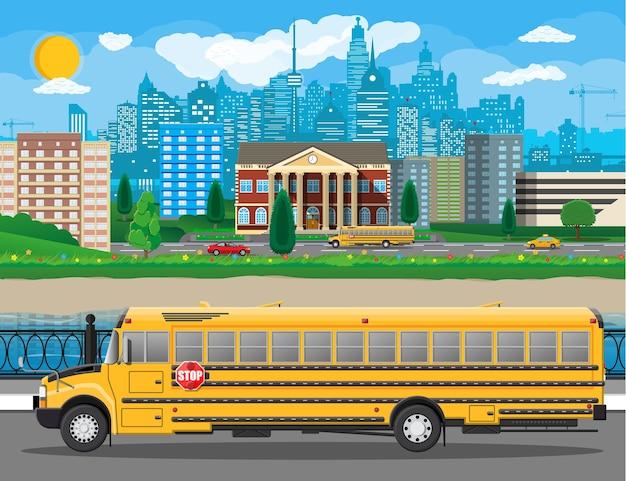 Edifício da escola clássica e paisagem urbana. fachada de tijolos com relógios. instituição educacional pública e ônibus. organização de faculdade ou universidade. árvore, nuvens, sol.