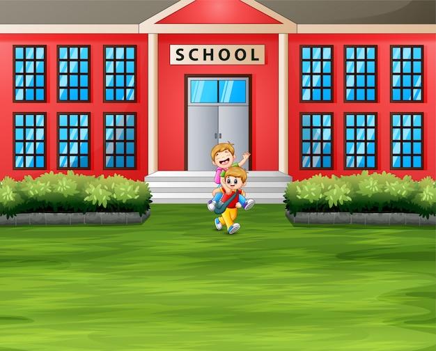 Edifício da escola e estudante no pátio da escola
