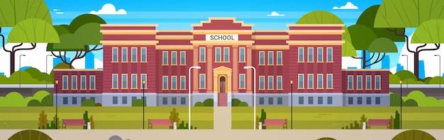 Edifício escola, e, vazio, jarda frente, com, grama verde, e, árvores, paisagem, horizontais, ilustração