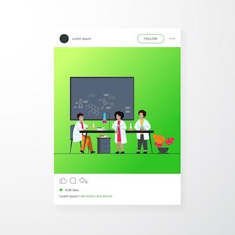 Educação escolar e conceito de ciência. professor observando crianças fazendo experimentos químicos práticos em laboratório, usando tubos de vidro e quadro-negro