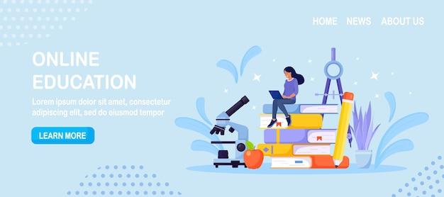 Educação online ou treinamento empresarial. pilha de livros e cursos da web de aprendizagem de estudante ou tutoriais por laptop. seminário educacional na web, aulas pela internet, e-learning por webinar