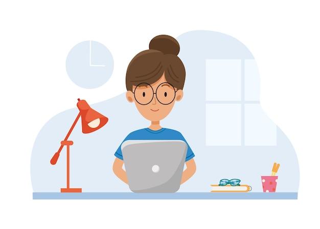 Educação online. trabalhe desde o início. fique em casa. menina sentada ao lado de um laptop com uma lâmpada e estudando ou trabalhando como freelance