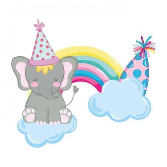 Elefante bonito e pequeno com chapéu de festa e arco-íris rrr