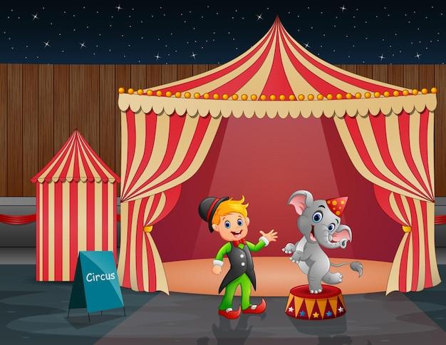 Elefante de circo e treinador na tenda do circo