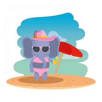 Elefante fofo com chapéu de verão e coquetel na praia