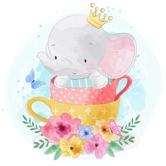 Elefante pequeno bonito sentado dentro da xícara de chá