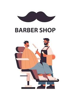 Elegante cabeleireiro cortando o cabelo do cliente barbeiro masculino em uniforme na moda corte de cabelo conceito de barbearia comprimento total isolado ilustração vetorial vertical
