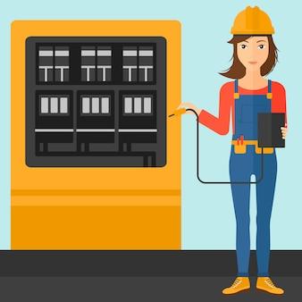 Eletricista com equipamento elétrico.