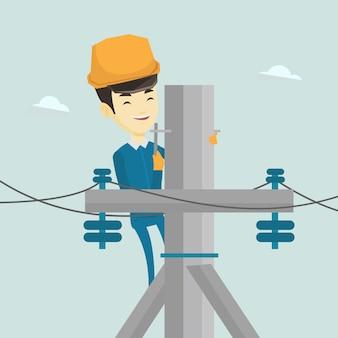 Eletricista trabalhando no poste de energia elétrica.