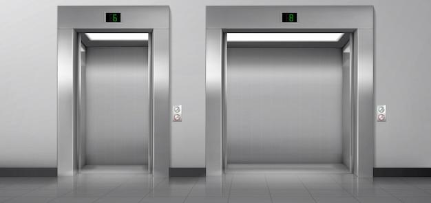Elevadores de passageiros e carga com portas abertas no corredor.
