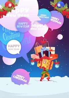 Elf holding stack of gifts feliz natal e feliz ano novo design de cartão de saudação de férias