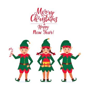 Elfos alegres seguram um pirulito e um presente. cartão de felicitações de natal e ano novo