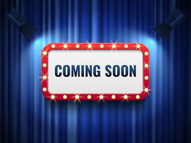 Em breve. conceito de anúncio especial com cortinas azuis e letreiro de luz.