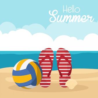 Em férias de verão, itens de verão na praia - vôlei de praia, chinelos, shell