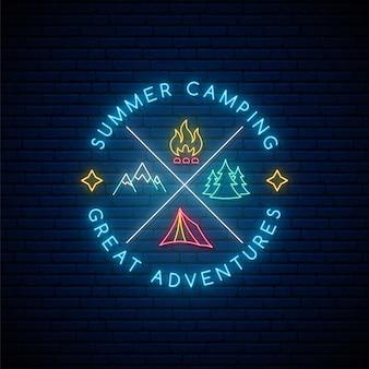 Emblema brilhante brilhante com tenda, floresta, montanhas e fogueira.