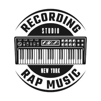 Emblema, crachá, etiqueta ou logotipo de vetor de sintetizador para modelo de estúdio de gravação. ilustração do estilo monocromático vintage isolada no fundo branco